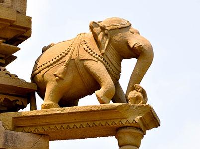 le temple de khajuraho en inde ou temple du kamasutra symbole de l'hindouisme et de la religion jain . www.thisytravels.fr