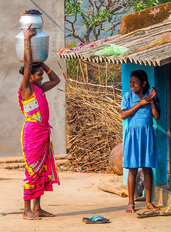 portrait de femme indienne dans les campagnes de l'orissa ou odhissa en inde . www.thisytravels.fr