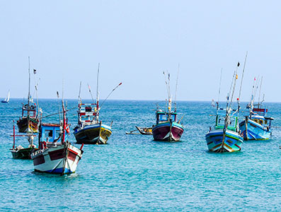 bateaux de peche à mirissa au sri-lanka, perle de l'ocean indien . www.thisytravels.fr