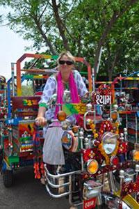 Sylvie s'initie au Chhakda, rickshaw motorisé à trois roues sur la base d'une moto Royal-Enfield. C'est une construction locale dans le Gujarat en Inde. Ils sont personnalisés et tous plus beaux les uns que les autres. Notre rêve serait de rapporter un Chhakda en France, de l'homologuer afin de parcourir les petites routes de campagne autour notre village. WWW.VOYAGEINDIEN.FR