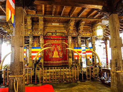 voyagez au sri-lanka avec l'agence de voyage thisy-travels visiter les monastères bouddhistes www.thisytravels.fr
