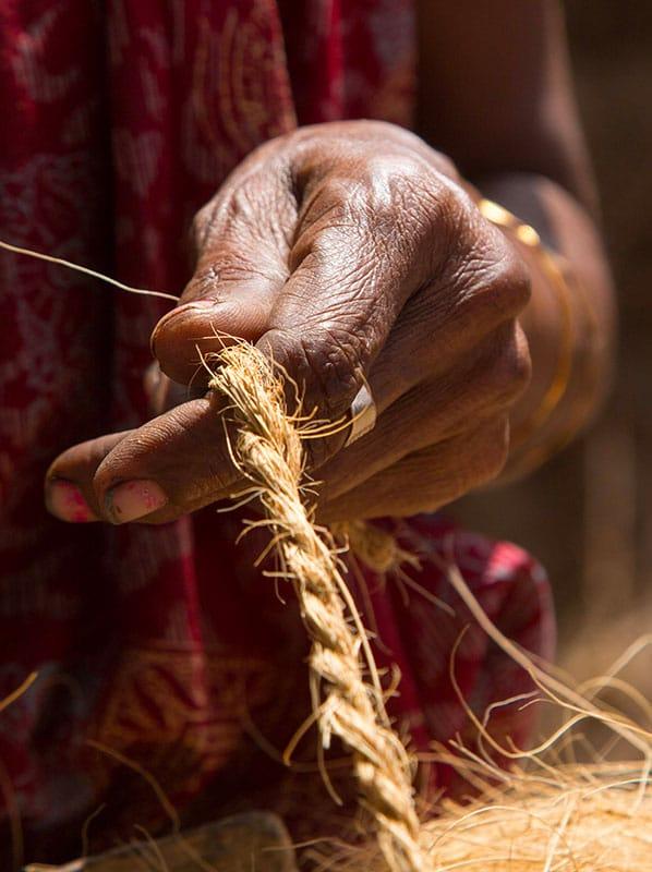 tissage de corde en noix de coco au kerala en inde du sud . www.thisytravels.fr