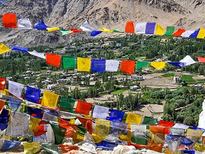 voyager au ladakh en inde du nord sur les contreforts de l'himalaya avec les drapeaux de priere www.voyageindien.fr