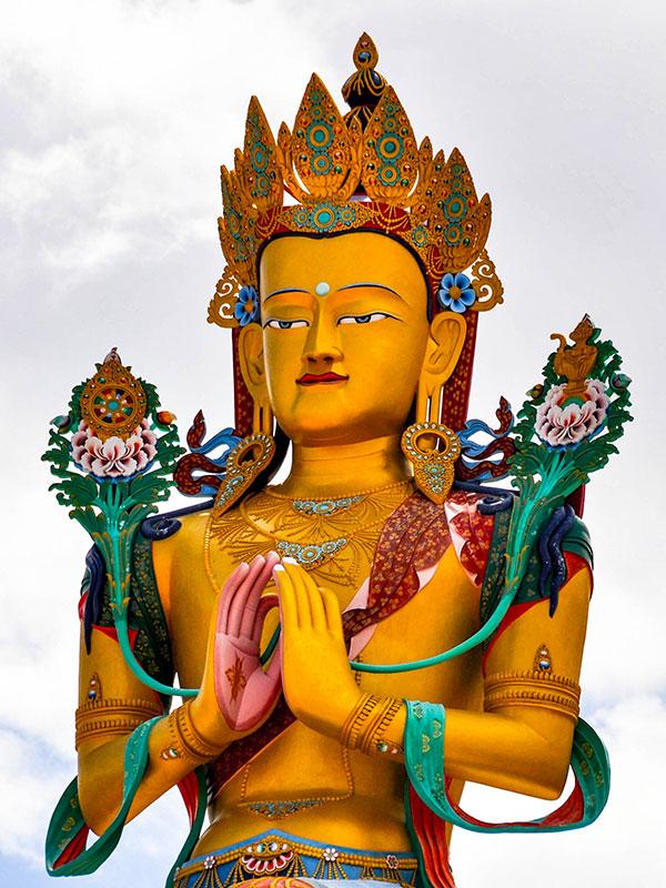 voyager au ladakh en inde du nord sur les contreforts de l'himalaya avec les statuts bouddhistes www.thisytravels.fr