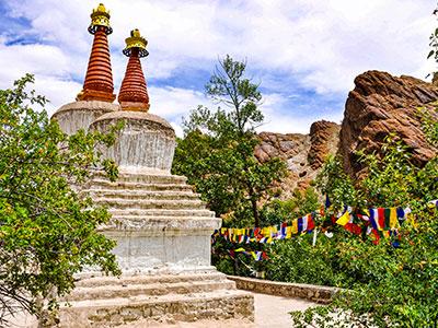voyager au ladakh en inde du nord sur les contreforts de l'himalaya region du bouddhisme avec les stupas www.thisytravels.fr