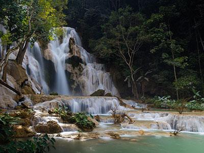 voyage au laos avec l'agence de voyage thisy-travels visite les temples bouddhistes photographier les cascades www.thisytravels.fr
