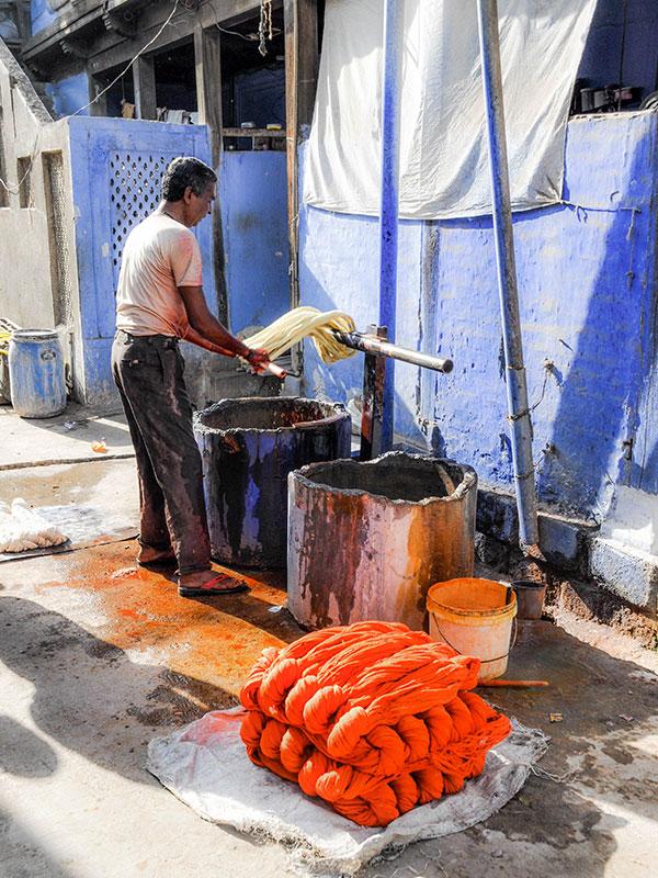 voyagez dans le maharashtra en inde avec l'agence de voyage thisy-travels decouvrir les teintures des saris www.thisytravels.fr