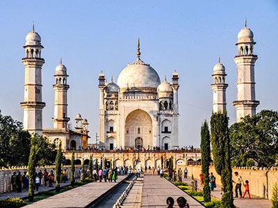 voyagez dans le maharashtra en inde avec l'agence de voyage thisy-travels dans les campagnes et visiter aurangabad le mausolee bibi-ka-maqbara www.thisytravels.fr