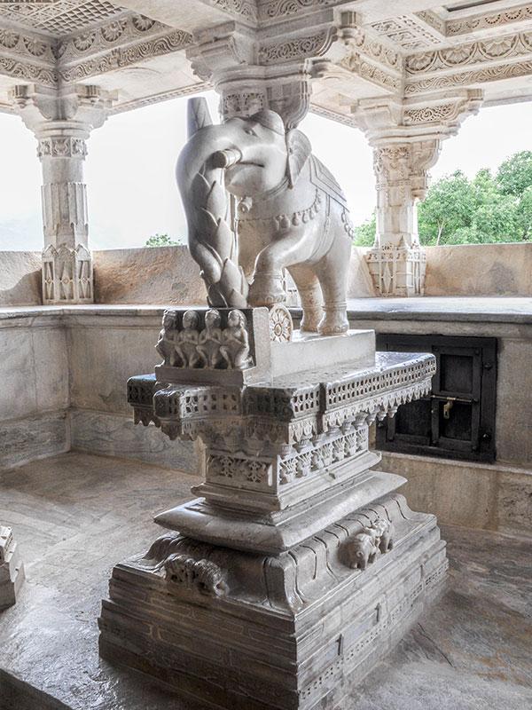 voyager dans les campagnes du rajasthan en inde avec l'agence de voyage thisy-travels visiter le temple jain de ranakpur adinath www.thisytravels.fr