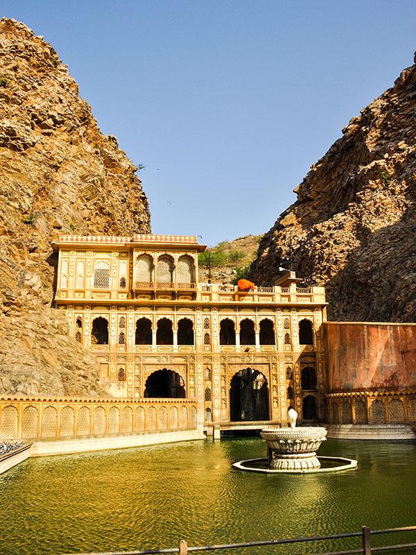 voyager dans les campagnes du rajasthan en inde avec l'agence de voyage thisy-travels visiter le temple des singes à jaipur www.thisytravels.fr