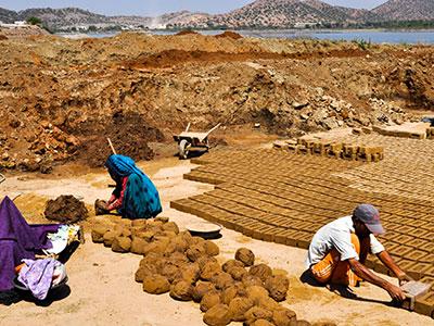 voyager dans les campagnes du rajasthan en inde avec l'agence de voyage thisy-travels et voir la fabrications des briques www.thisytravels.fr
