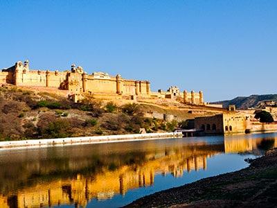 Le fort d'ambert à jaipur est un palais de maharaja dans le rajasthan en inde . www.thisytravels.fr