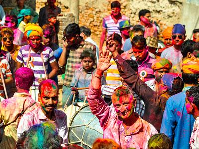 La fête de holi à mandawa dans le rajasthan en inde du nord . La fête des couleurs . www.thisytravels.fr
