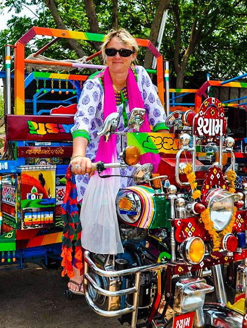 Sylvie auquit s'initie au Chakda, rickshaw motorisé à trois roues sur la base d'une moto Royal-Enfield. C'est une construction locale dans le Gujarat en Inde. Ils sont personnalisés et tous plus beaux les uns que les autres. Notre rêve serait de rapporter un Chhakda en France, de l'homologuer afin de parcourir les petites routes de campagne autour notre village. WWW.VOYAGEINDIEN.FR