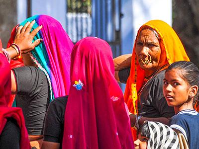 a pachewar dans le rajasthan en inde du nord portrait de femmes indiennes avec les voyages en inde de thisy-travels www.thisytravels.fr