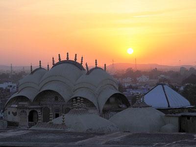 coucher de soleil sur les palais des maharajas au rajasthan à karauli avec les haveli et l'agence de voyage thisy-travels www.thisytravels.fr