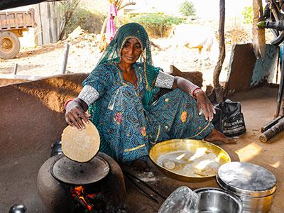 découvrir l'inde du nord avec les saris des femmes indiennes dans les campagnes du rajasthan avec l'agence de voyage thisytravels www.thisytravels.fr