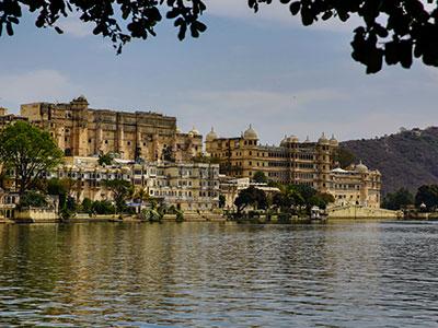 dans le rajasthan à udaipur avec le city-palace, la venise de l'inde la ville blanche avec l'agence de voyages de thisy-travels www.thisytravels.fr
