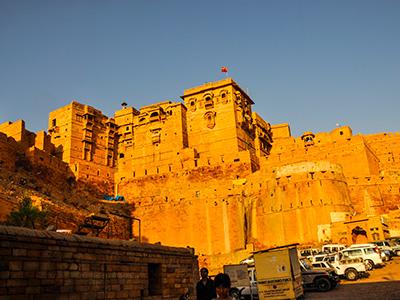 voyagez en inde à jaisalmer au porte du désert du thar découvrir de magnifiques architectures et paysages et coucher de soleil avec l'agence de voyage thisy-travels sur le site www.thisytravels.fr